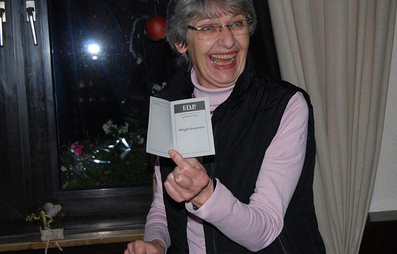 Christa Hoppe zeigt voller Stolz ihren Mitgliedsausweis vom November 1973