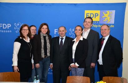 Das Bild zeigt von links nach rechts: Ulrike Schmidt (FDP Maintal), Thorsten Kutzner (FDP Schöneck), Sylvia Braun (FDP Bruchköbel), Renè Rock (Stellvtr. FDP Fraktionschef im hessischen Landtag), Bundestagskandidatin Anke Pfeil (FDP Schöneck) dahinter Maintals FDP-Chef Jörg Fusenig sowie den Maintaler FDP Fraktionsvorsitzenden Thomas Schäfer.
