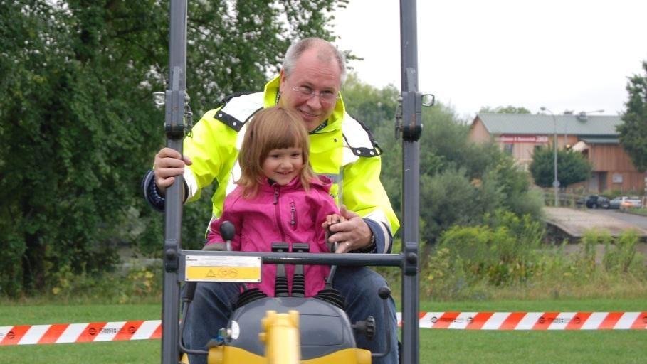FDP-Fraktionsvorsitzender Thomas Schäfer übt mit seiner Tochter das Torwandschießen
